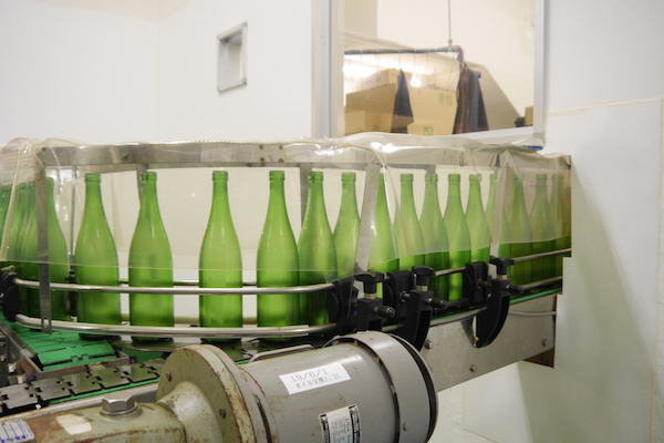 "<span class=""num"">⑧ </span><span class=""kakko"">【</span>瓶洗浄】<br>自動洗瓶機できれいに洗われます。"