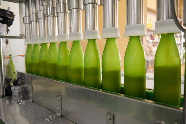 "<span class=""num"">⑨ </span><span class=""kakko"">【</span>充填】<br>シークヮーサー果汁を充填します。"